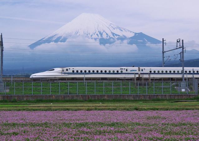 富士山を背景に快走する新幹線。まい進するキャリアの象徴として