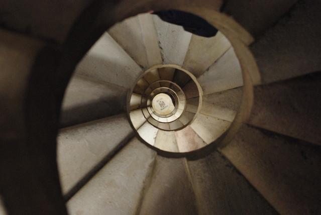 螺旋階段を上るか降りるか
