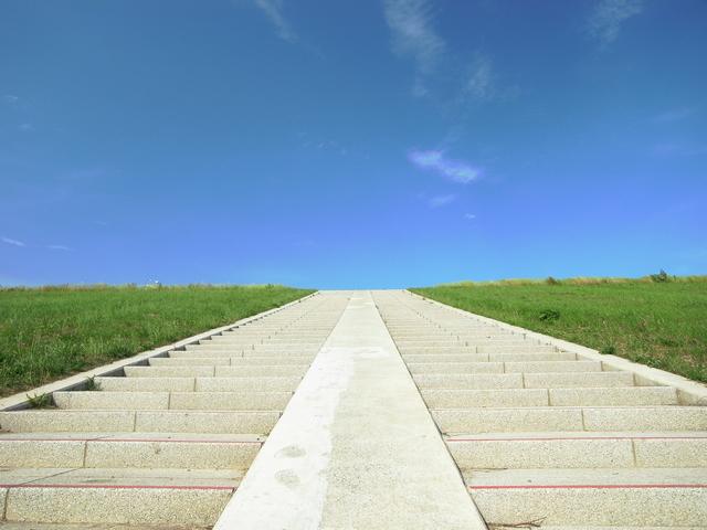 階段を一段ずつ上がっていく