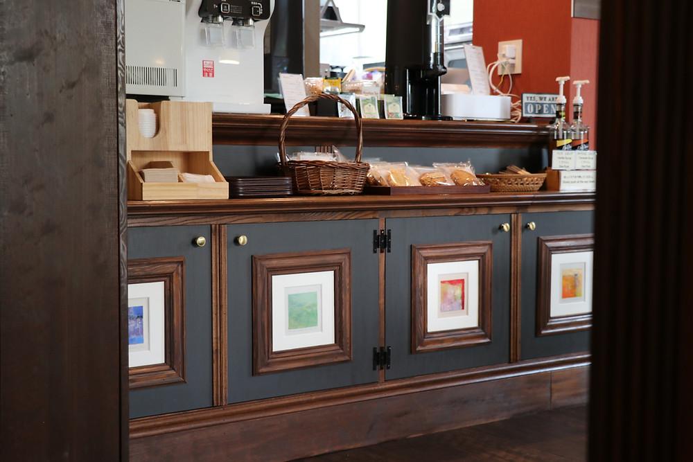 松本ひろしの作品はカフェのカウンターに飾られています。