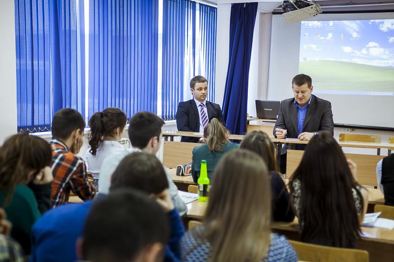 Осення юридическая школа_выступление перед школьниками.jpg
