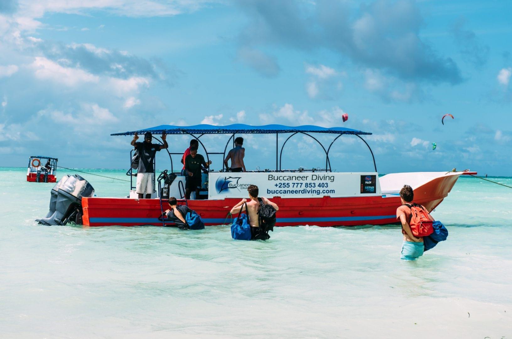 Zanzibar_boat_shore_loading