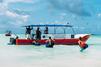 Zanzibar_boat_shore_loading.jpg