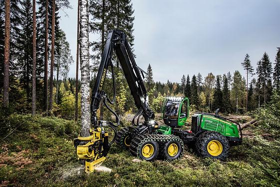 Meža tehnika veic mežizstrādes darbus