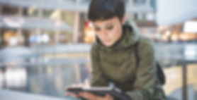 Une jeune femme de lecture sur tablette