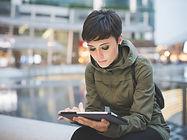 タブレット上の若い女性読書