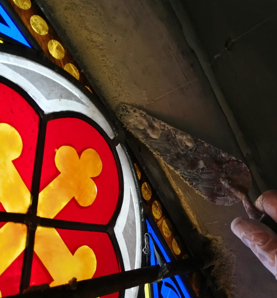 Le scellement du vitrail dans la feuillure de la baie