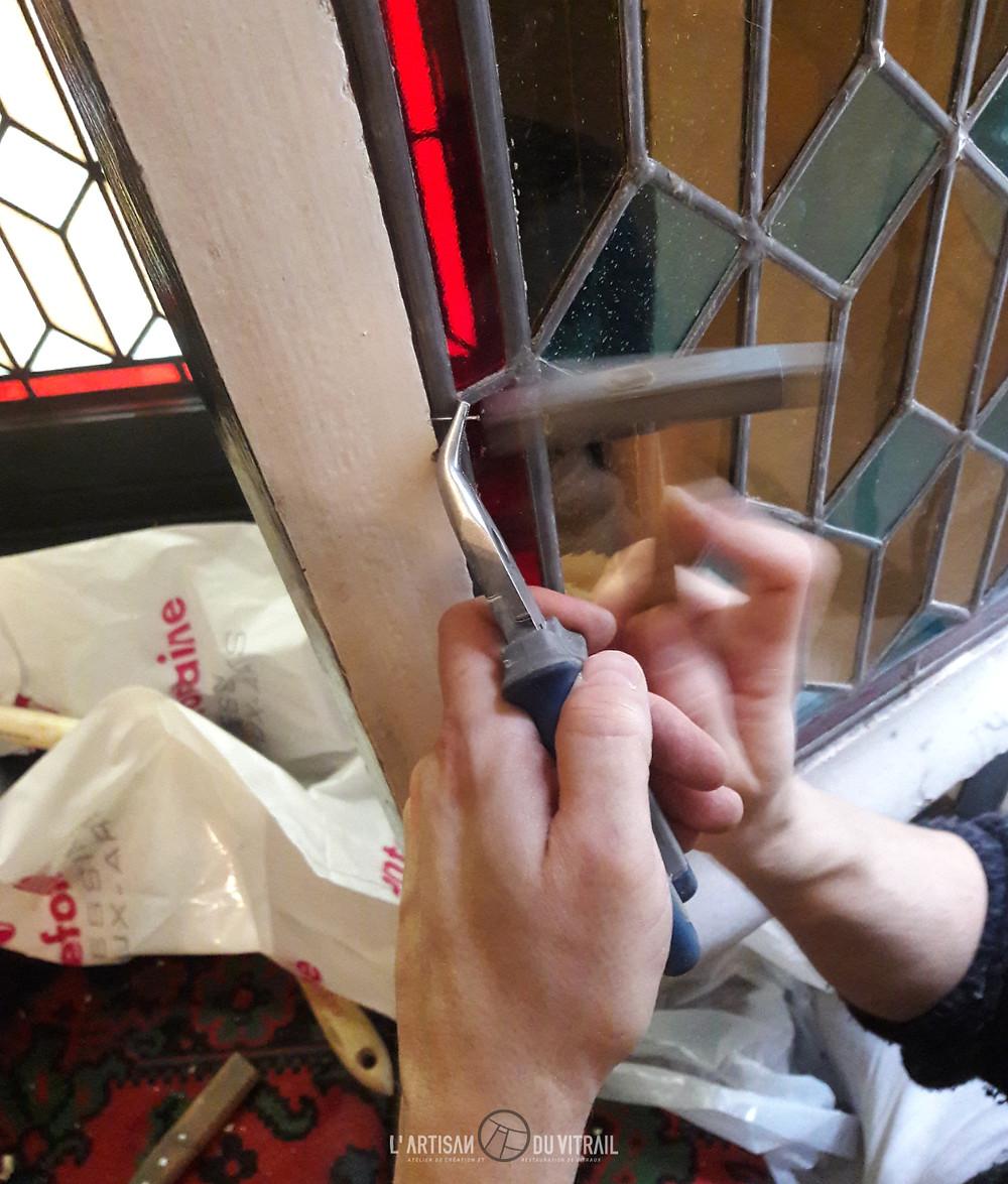 Pose de clous tout autour du vitrail