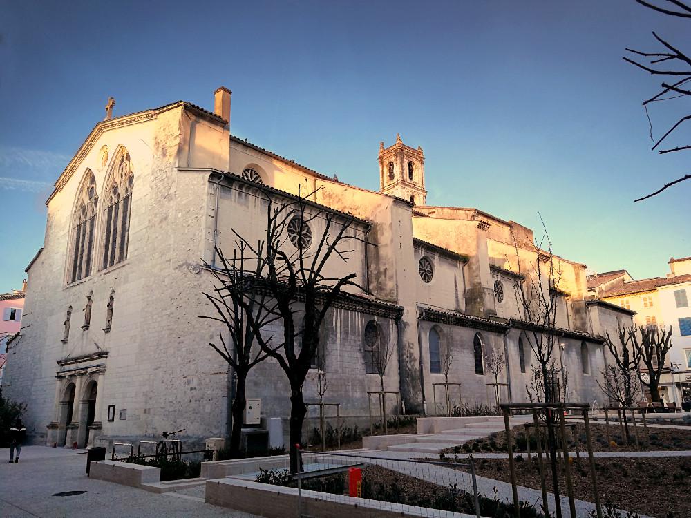 L'Église Sainte-Croix et la Place des Halles aujourd'hui
