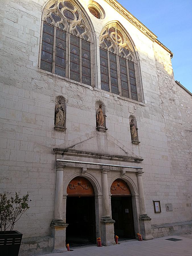 Photo de l'entrée de l'église Sainte-Croix (portail Ouest)