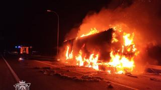 Espectacular incendio de un camión en la AP-1