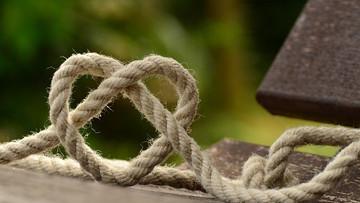 Le symbole de la corde de confiance face au mensonge de ton enfant