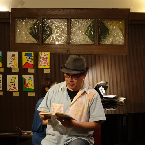 Kensuke Shimizu doing poetry reading