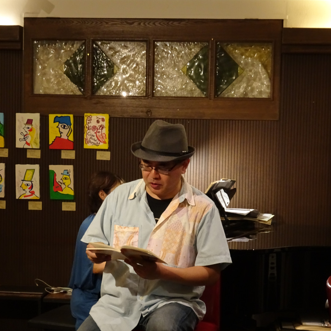 Kensuke Shimizu doing poetry reading