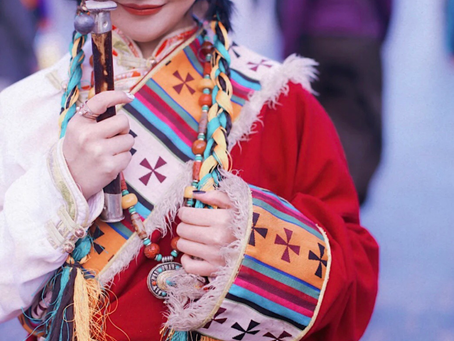 Elementi etnici e abbigliamento moderno