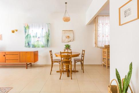 שולחן האוכל המקורי של בני הזוג חודש, ומצאנו לו כיסאות שעברו חידוש גם כן והתאימו בול