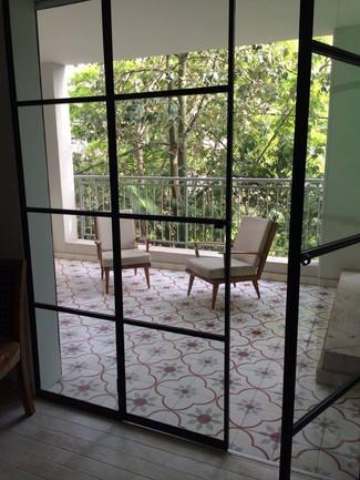 לדלתות המחברות בין החדר למרפסת, נבחר פרופיל בלגי שחור להתאמה מקסימלית לרצפה ולאווירה