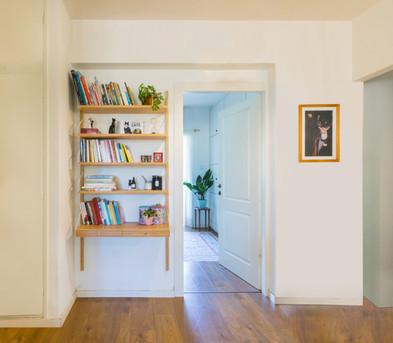 בכניסה נתלתה כוננית הכוללת שתי מגירות, מעין שילוב בין ספרייה לשידת כניסה