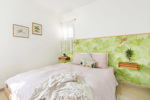 חדר השינה מזווית נוספת, תמונות בוטניות נתלו על הקיר