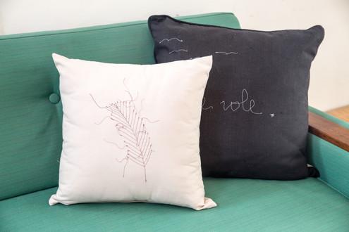 הספה רופדה בבד ירקרק בעל תחושה וינטאג'ית