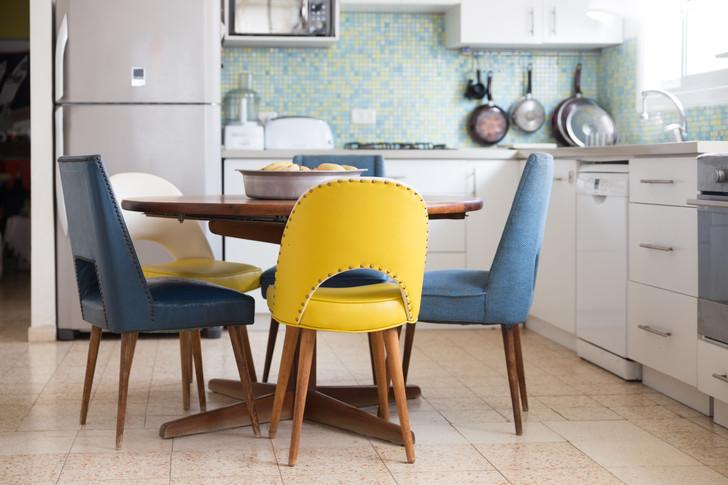 הכיסאות של סבתא חודשו ונוספו להם כיסאות שנרכשו בשוק הפשפשים ועברו חידוש. שולחן האוכל הוחלף גם הוא לשולחן עגול המתאים למשפחה בת 5 נפשות