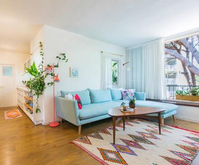שטיח מרוקאי אותנטי נתן תוספת צבע ועניין לעיצוב. גם המגע שלו נפלא