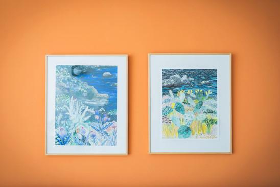 על קיר הסלון נתלו תמונות של אמנית אמריקאית המציירת  בצבעוניות עזה נופים נפלאים
