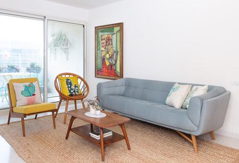 בסלון בחרנו ספה מפנקת לישיבה , רכה ומלאת סטייל. כורסת וינטאג' מחודשת וכיסא מעוגל השלימו את הישיבה