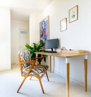פינת העבודה, מינימליסטית אך מרווחת.  בחרנו כיסא וינטאג' מרופד שעבר חידוש.