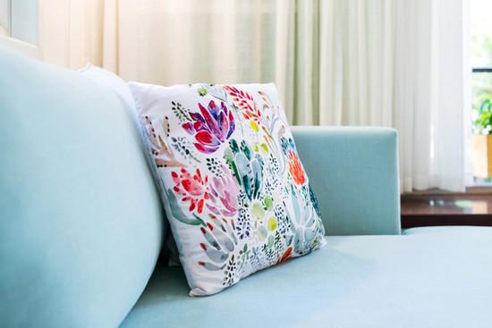 ספה בצבע אקווה, כרית פרחונית לוהטת