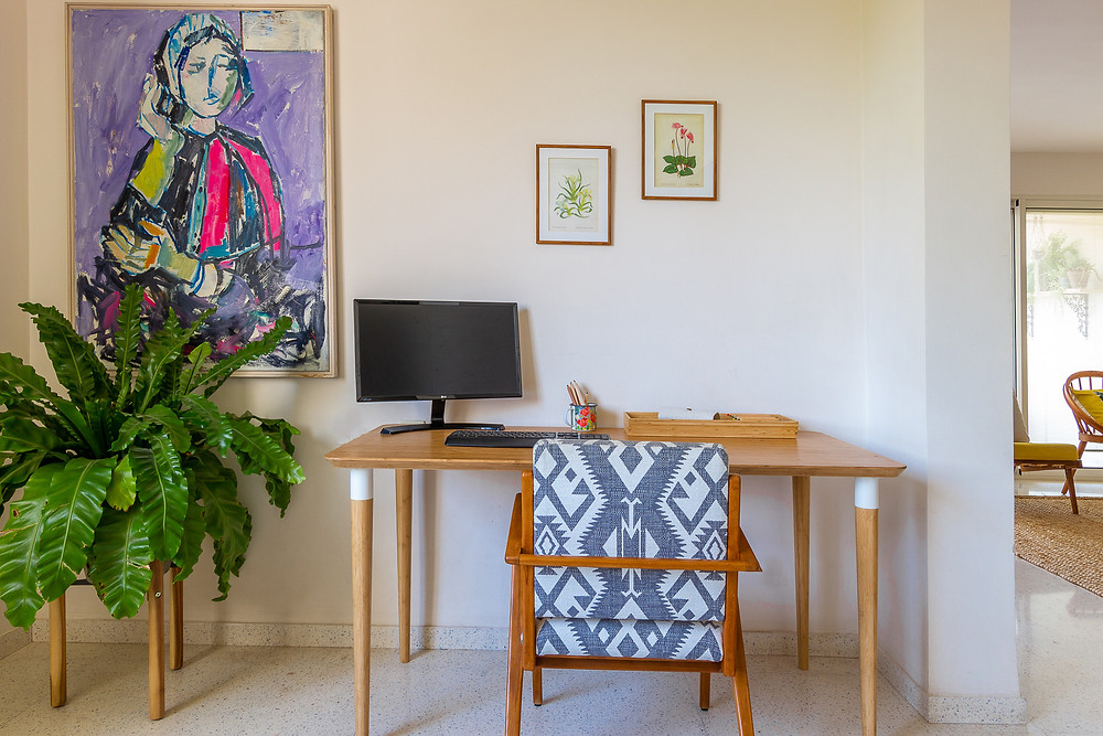 עיצוב פינת עבודה : סטודיו חיית וינטאג'  - שולחן של איקאה, כורסא מחודשת