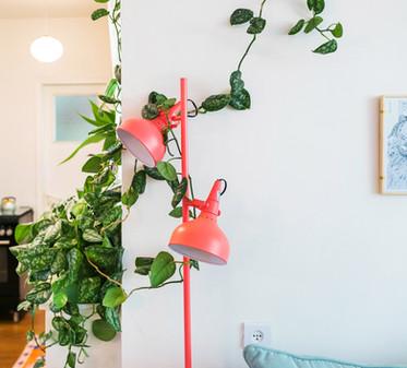 המנורה הזו היוותה חלק מהבסיס של עיצוב הבית - צבעוני, מלא חיים וכיפי בטירוף