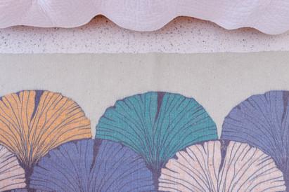 שטיח צבעוני ליד המיטה כדי להעשיר את החדר בצבעוניות עדינה