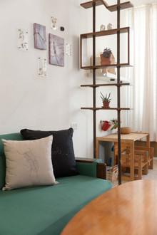 הספה שהיתה חלק מן הסלון לפני התהליך נשארה ועברה חידוש כולל
