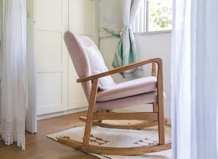 במרפסת הקטנה של חדר השינה הצבנו כסא נדנדה, לספיגת קרני שמש ושקט ושלווה