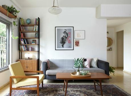 לסלון המקורי נוספה כורסא ושולחן הסלון הוחלף, הספריה משמאל היתה באחד החדרים והצטרפה והשלימה את הסלון