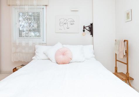 בחדר השינה היה חשוב לשמור על אווריריות וניקיון בשל גודלו. כיסוי מיטה עשיר אך בהיר וכריות בהירות ריפדו את שנת הלילה :)