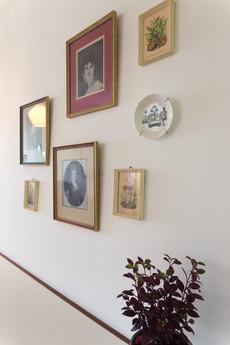 קיר התמונות מעל פינת העבודה