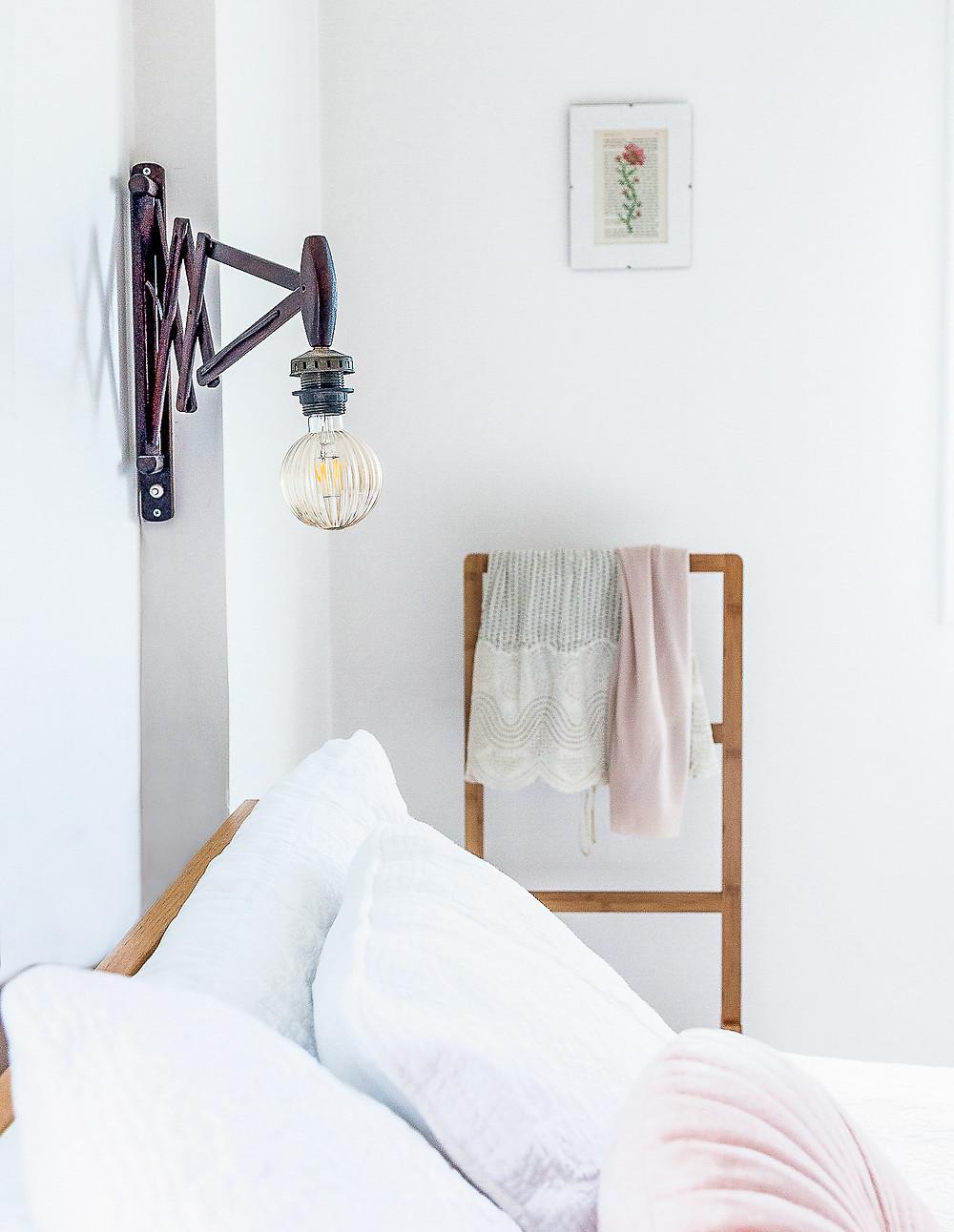 עיצוב חדר שינה סטודיו חיית וינטאג' - מנורה מתכווננת