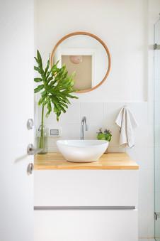 שיפוץ אמבטיית חדר ההורים הוסיף יופי אור ואוויר, לא רק לחדר עצמו אלא לחדר השינה הצמוד אליו.