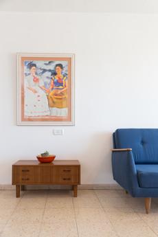 תמונה גדולה של פרידה קאלו התאימה בדיוק בצבעים וסגרה את העיצוב