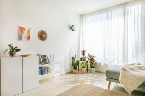 שטיח, ספה, שמיכה רכה, וילון, עציצים, הספרים שאנחנו אוהבים זמינים . נינוחות של בית
