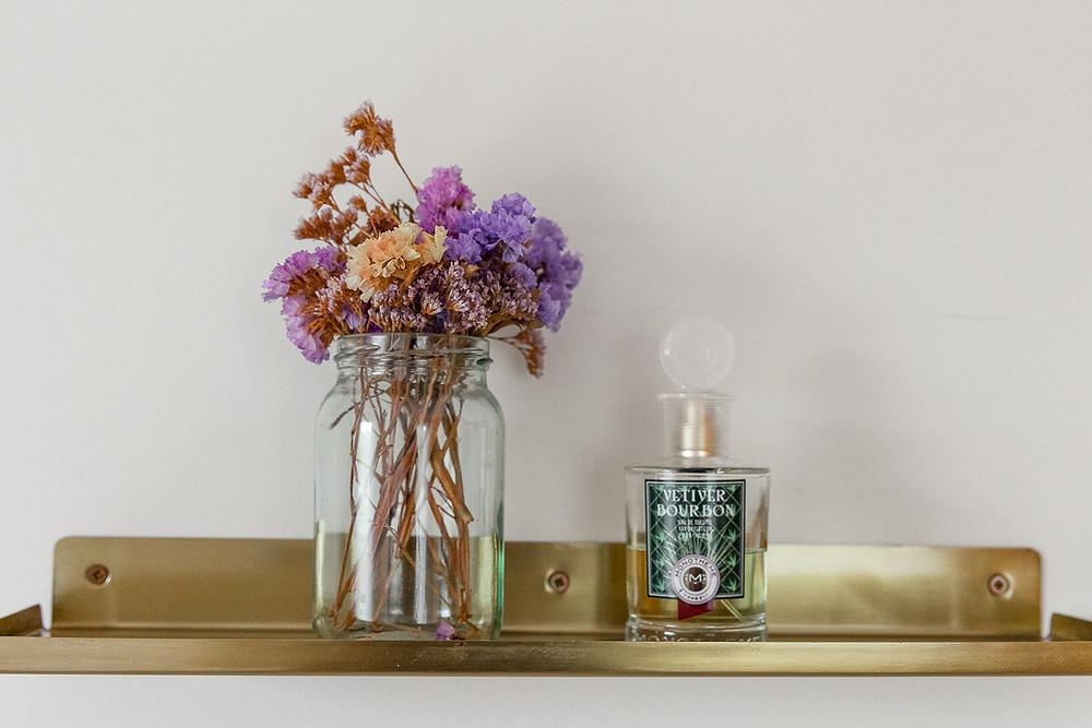 עיצוב חדר שינה סטודיו חיית וינטאג' - מדף מוזהב ופרחים מיובשים