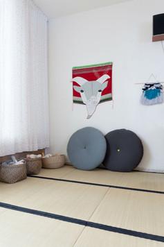 בקצה הסלון יצרנו פינת ילדים מרוצפת אריחי טאטאמי