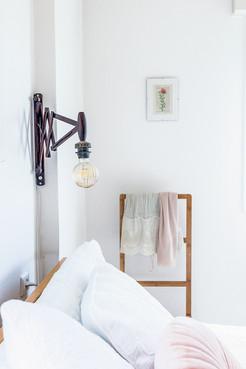 מנורת הקריאה מעל המיטה מתכווננת לנוחות מקסימלית
