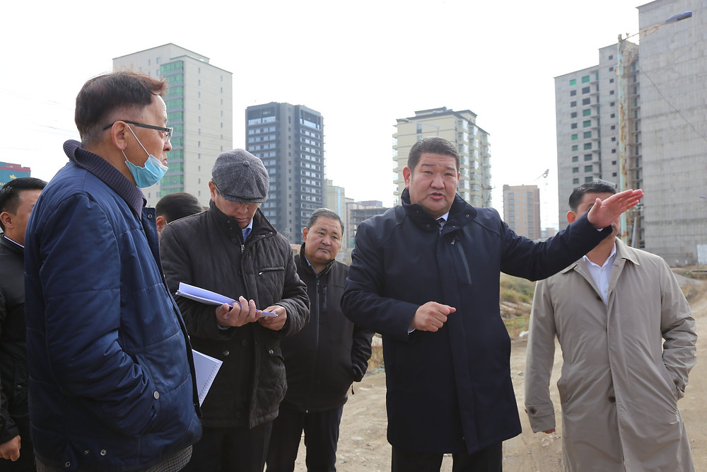 B.Munkhbaatar, Minister of Construction and Urban Development visiting a project in the 9th khoroo of Sukhbaatar district. (MCUD)