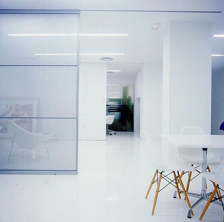 El estudio de arquitectura de Carlos Manzano tiene su sede en Madrid y desarrollo de actividades en España y Portugal.