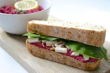 Snel lunchrecept met bietenhummus
