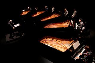 「5台のピアノのための音楽/2台のピアノと4本の管楽器(ホセ・マセダ作曲、1993/1996)」