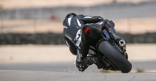 צלום אופנוע במסלול מירוץ